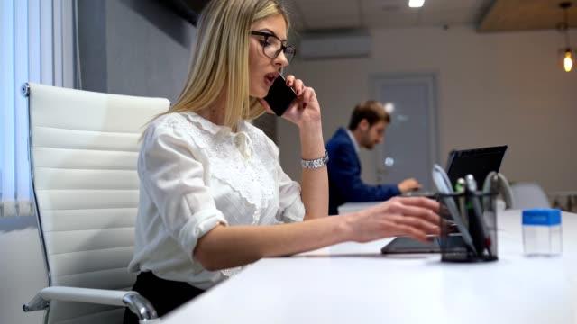 オフィスストーリー-オフィスで働く若者たち - 椅子点の映像素材/bロール