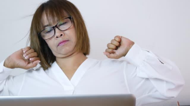 事務症候群、仕事中の手の痛み - 人の背中点の映像素材/bロール