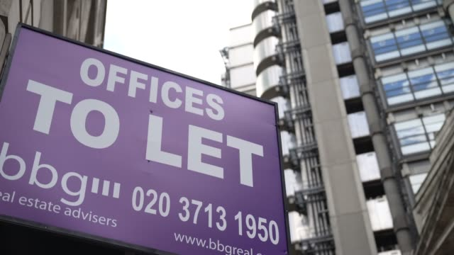 office to let sign next to the lloyd's building in the city of london on august 02: on august 02, 2020 in london, england the future of offices in... - employment issues stock videos & royalty-free footage