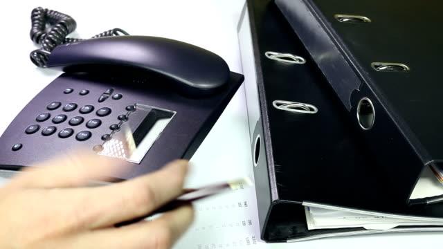 stockvideo's en b-roll-footage met office - using a business telephone - telefoonhoorn