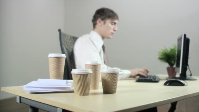 office worker drinking coffee - engångsmugg bildbanksvideor och videomaterial från bakom kulisserna