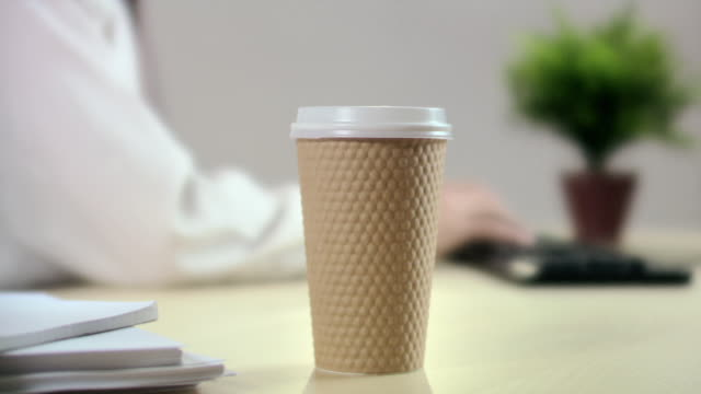 vídeos de stock, filmes e b-roll de office worker drinking coffee - copo descartável