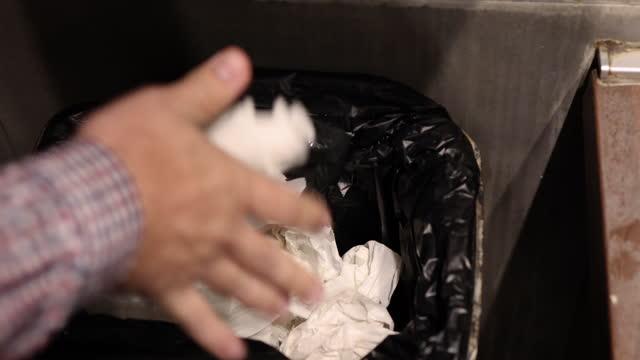 手を洗った後にペーパータオルを取り、ゴミ箱に紙を投げるサラリーマン - ゴミ袋点の映像素材/bロール