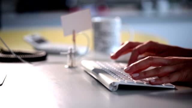 vídeos y material grabado en eventos de stock de hd: empleada de oficina - dispositivo de entrada