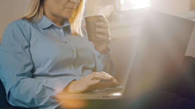 vídeos de stock, filmes e b-roll de trabalhador do escritório ds trabalhando em casa - só uma mulher de idade mediana