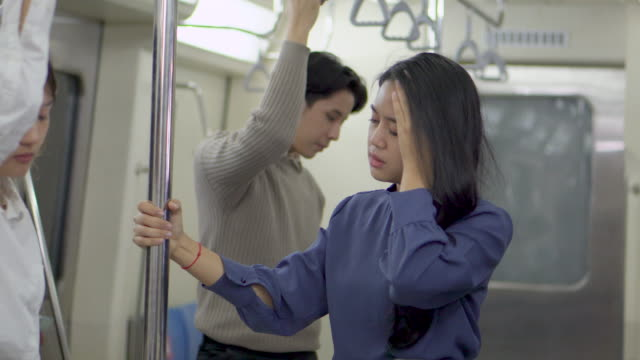 vídeos y material grabado en eventos de stock de los trabajadores de la oficina se desmayan en el tren subterráneo y la gente ayuda a los primeros auxilios - fragilidad