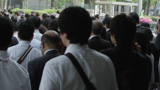 office workers on the way to work - ラッシュ時点の映像素材/bロール
