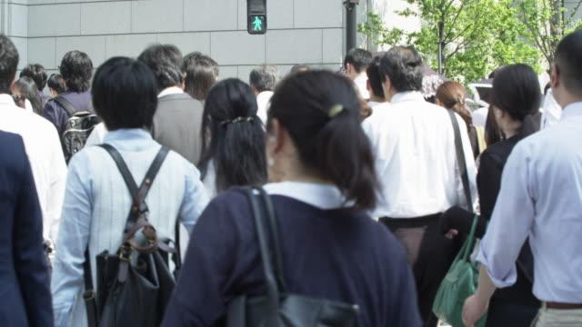 office workers on the way to work - ホワイトカラー点の映像素材/bロール