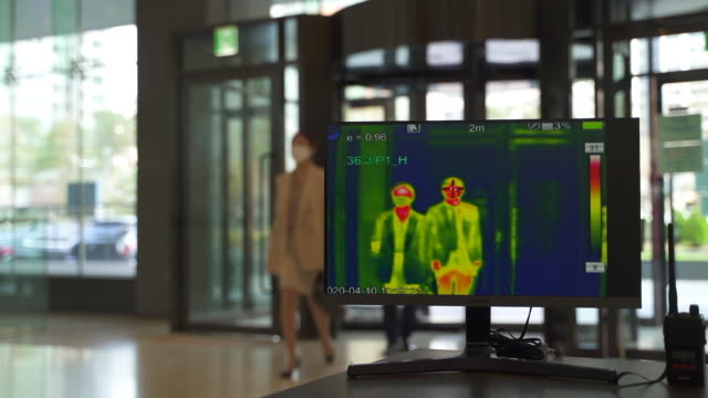 vidéos et rushes de office workers passing thermal imaging camera to prevent the spread of covid-19 / seoul, south korea - hot
