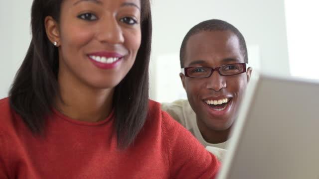 vídeos de stock, filmes e b-roll de office workers smiling at camera - envolvimento dos funcionários