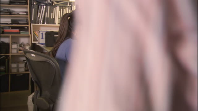 ms office workers surprising woman with birthday cake, balloons and gift / los angeles, california, usa - skjorta och slips bildbanksvideor och videomaterial från bakom kulisserna