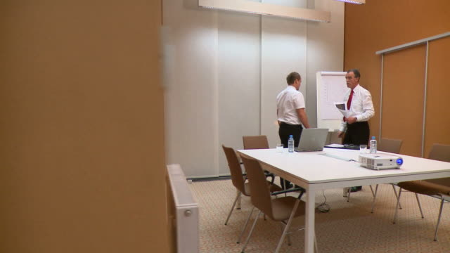 vídeos de stock e filmes b-roll de carrinho de hd: trabalhadores de escritório - camisa e gravata