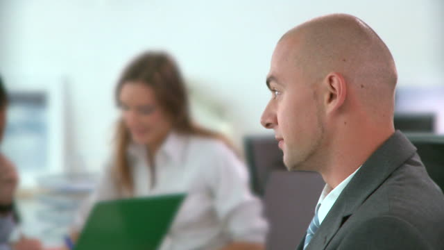 stockvideo's en b-roll-footage met hd dolly: office workers - overhemd en stropdas