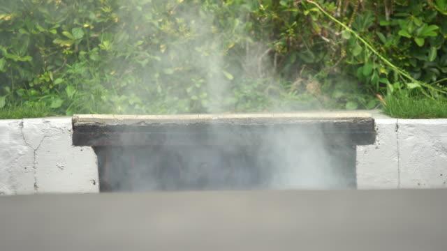 村の機械で蚊にスプレーする警官。 - 虫除け点の映像素材/bロール