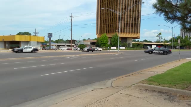 officer involved shooting in oklahoma city at a busy intersection huge crime scene and helicopters this started as a vandalism call the shooting... - 銃撃事件点の映像素材/bロール