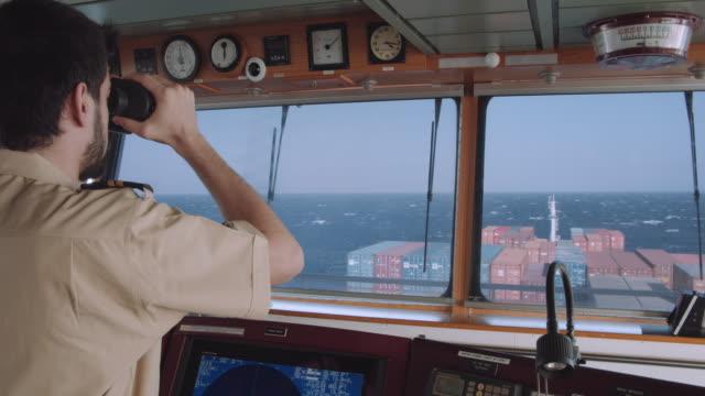 offizier überprüft die route mit fernglas - karte navigationsinstrument stock-videos und b-roll-filmmaterial