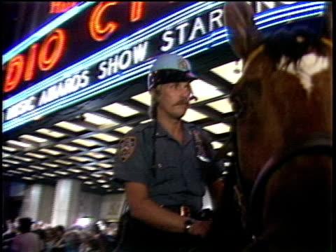 vídeos y material grabado en eventos de stock de officer on a horse outside of radio city music hall - radio city music hall