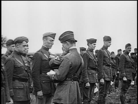 b/w 1918 officer pinning medal on eddie rickenbacker's uniform / standing in line of pilots - eddie rickenbacker bildbanksvideor och videomaterial från bakom kulisserna