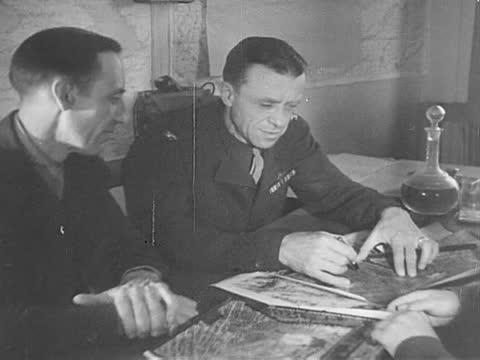 vídeos de stock, filmes e b-roll de officers header by alfred kessler and russian militaries headed by general perminoff planning air raid - air raid