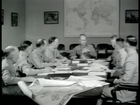 vídeos de stock e filmes b-roll de officers sitting at table in meeting standing up at meeting end. us army office walking down pentagon hallway out front door saluting guard on duty &... - arlington virgínia