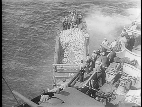 vidéos et rushes de officers sitting looking over maps /night barrage from us navy warships on japanese ships /blasts from battleships as ships fire upon each other /... - vaisseau de guerre