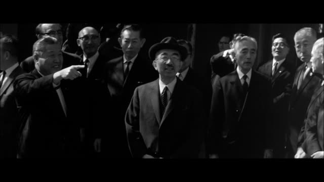 vidéos et rushes de official duties at the new palace / attendance at a gakushuin primary school alumni reunion / members of the imperial household rush to the hospital... - après guerre