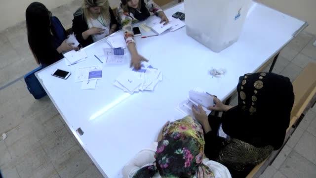 officials count ballots at a polling stations after the controversial referendum for an independent state of iraqi kurdish regional government on... - referendum bildbanksvideor och videomaterial från bakom kulisserna