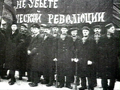 vídeos de stock e filmes b-roll de ms officials saluting from tribune crowd gathered in snow red army soldiers marching audio audio/ russia russia - 1919
