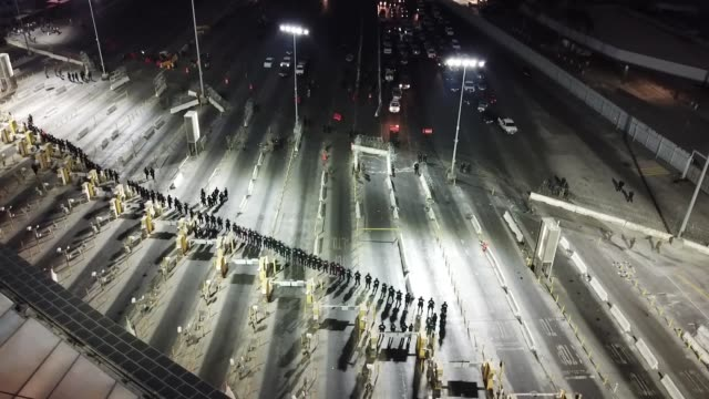 officials temporarily suspended processing for all northbound vehicle traffic at the border crossing, as well as northbound pedestrian processing at... - 盾点の映像素材/bロール