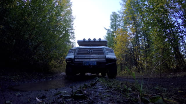 vidéos et rushes de off-road 4x4 car driving on road,russia. - route à une voie