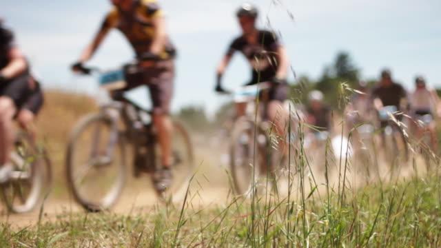 vidéos et rushes de cyclistes à l'approche de la route - vtt