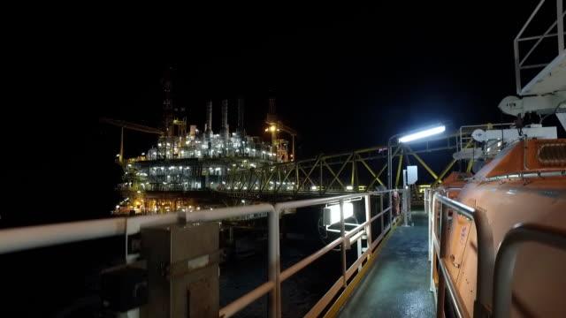 vídeos de stock e filmes b-roll de offshore at night - broca