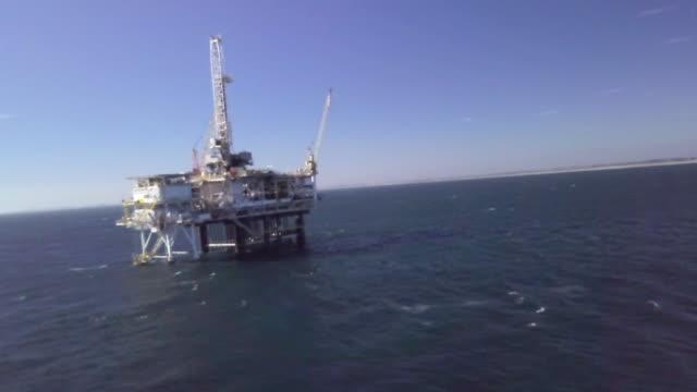 vídeos de stock, filmes e b-roll de offshore fracking perfuração no oceano pacífico - boca de poço