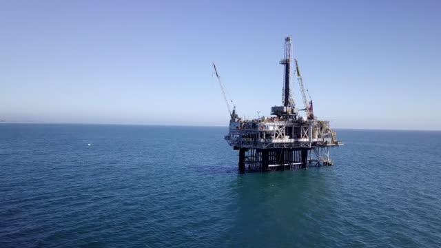 vídeos de stock, filmes e b-roll de offshore fracking perfuração no oceano pacífico - plataforma marítima