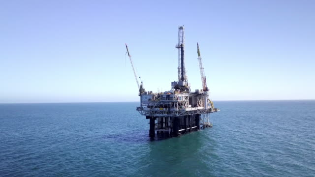 offshore fracking drilling rig in the pacific ocean - industria petrolifera video stock e b–roll