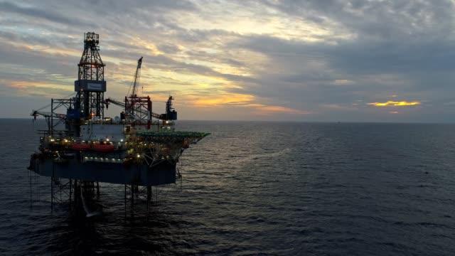 vídeos de stock, filmes e b-roll de offshore indústria de petróleo e gás de produção de petróleo pipeline - boca de poço