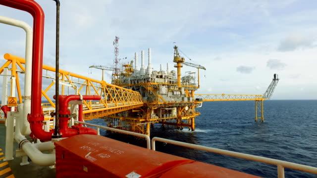 沖海の上の生活 - 石油産業点の映像素材/bロール