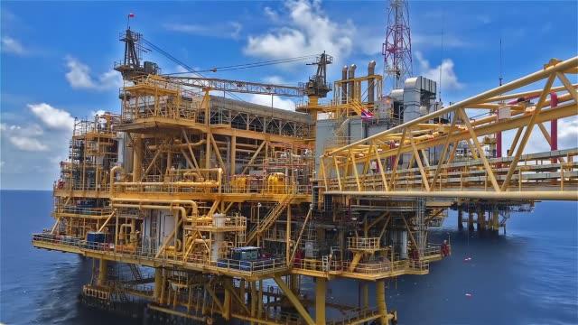 offshore-wohnquartier mit ruhiger see - oil rig stock-videos und b-roll-filmmaterial