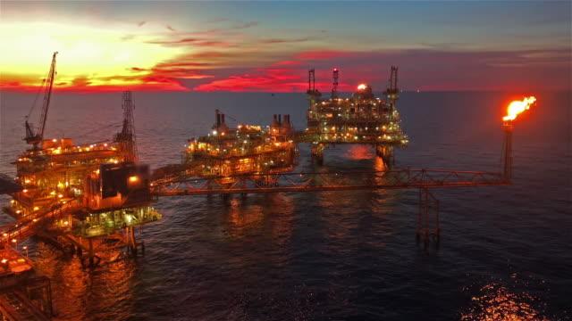 vídeos de stock, filmes e b-roll de plataforma de petróleo e gás offshore - plataforma marítima