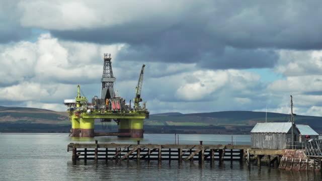 vídeos de stock, filmes e b-roll de offshore oil platform coslpioneer near cromarty ferry terminal - poço de petróleo