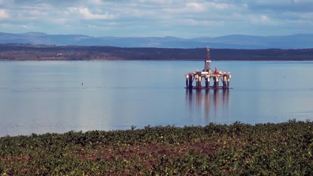 vídeos y material grabado en eventos de stock de plataforma petrolífera offshore en el mar cromarty firth scotland reino unido - huella de carbono