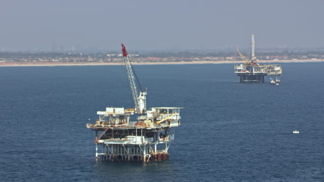 stockvideo's en b-roll-footage met luchtfoto offshore olie-platforms in californië - bouwmachines