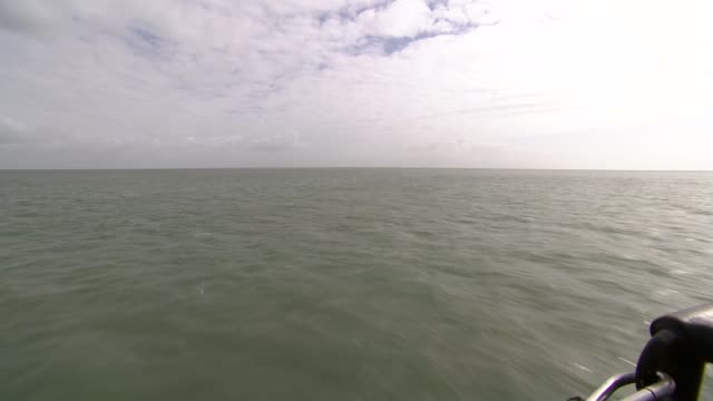 offshore windpower cheaper than ever before england off kent coast ext boat operated by offshore wind maintenance company cwind being cast off and... - besatzung stock-videos und b-roll-filmmaterial