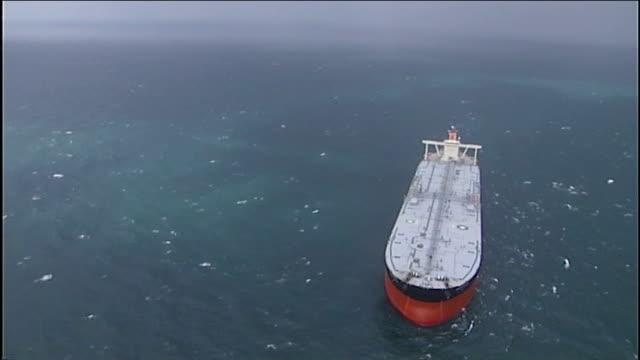 vidéos et rushes de ofgem warns of higher energy bills as energy production declines in uk t23011230 / tx iran gulf strait of hormuz oil tanker along in gulf aerials oil... - à bord