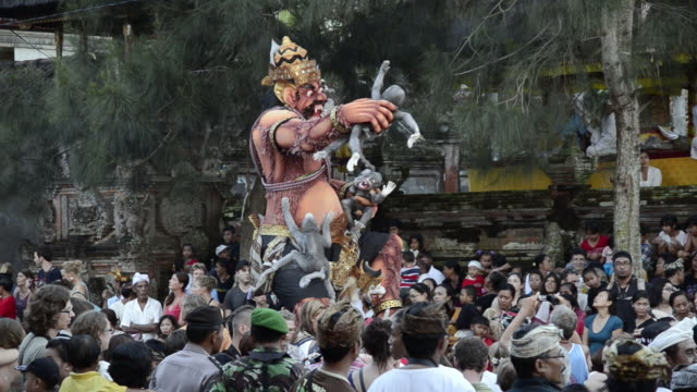 vídeos y material grabado en eventos de stock de ms ogoh-ogoh statue for ngrupuk parade on eve of nyepi day for balinese new year celebration in people crowed / ubud, bali, indonesia    - cultura indonesia