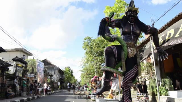 vidéos et rushes de ms ogoh-ogoh statues for ngrupuk parade on eve of nyepi day for balinese new year celebration / ubud, bali, indonesia     - bali