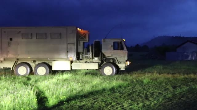 vidéos et rushes de ohio national guard army soldiers travel in convoy in divaca slovenia for exercise astral knight 19 a joint and multinational exercise that will... - véhicule utilitaire léger
