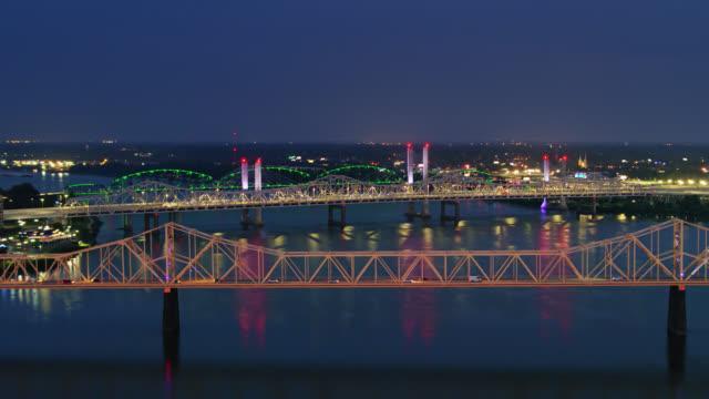 vidéos et rushes de ponts de la rivière ohio à louisville illuminé la nuit - rivière ohio