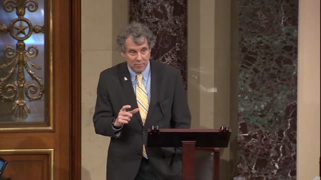 ohio senator sherrod brown says the senate seems to have experienced a sort of collective amnesia for giving relief to the largest banks in the... - 緊急援助点の映像素材/bロール