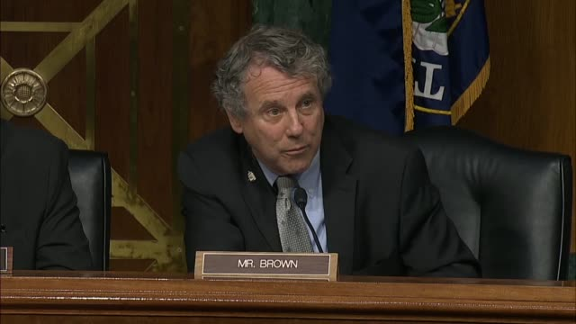 vídeos de stock, filmes e b-roll de ohio senator sherrod brown tells federal reserve chairman jerome powell at a senate banking committee semiannual oversight hearing on the economy... - bônus